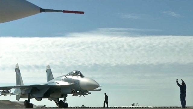 Истребитель Су-33 перед взлетом с палубы крейсера Адмирал Кузнецов у берегов Сирии в Средиземном море