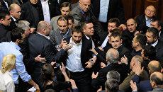 Потасовка между депутатами на заседании Верховной Рады Украины. В центре - депутат Владимир Парасюк. 2015 год