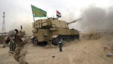 Военнослужащий иракской армии во время обстрела боевых позиций Исламского государства в Мосуле. Архивное фото