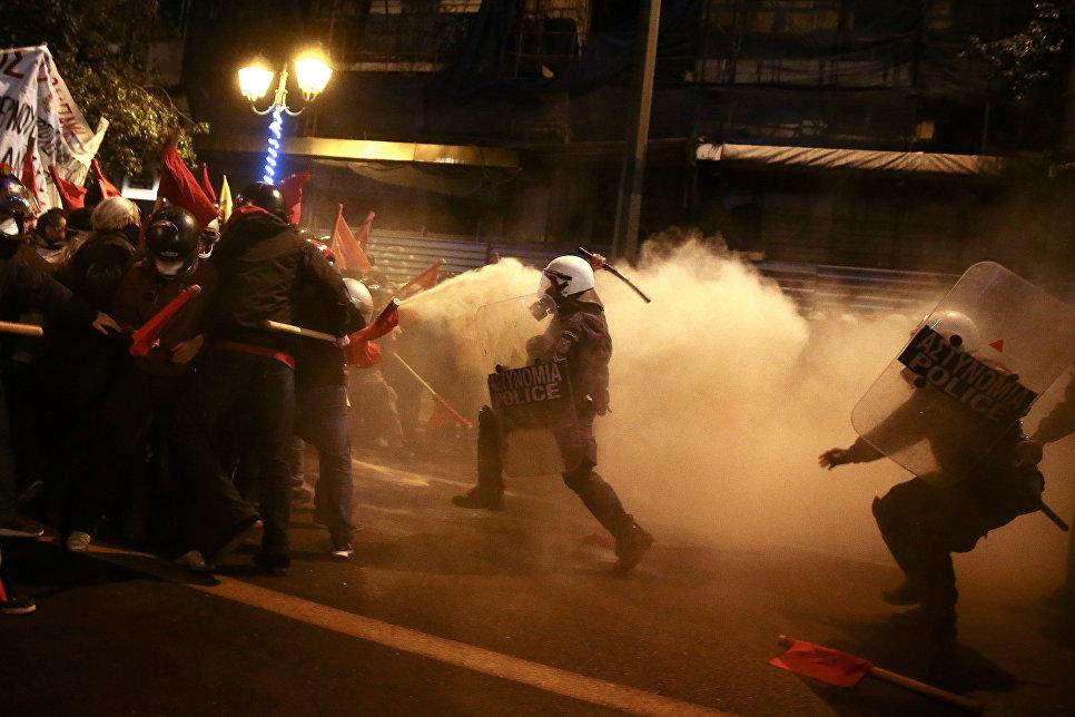 Сотрудники ОМОНа во время столкновений с демонстрантами, протестующими против визита президента США в Афинах, Греция. 15 ноября 2016