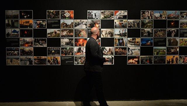 Посетитель на открытии фотовыставки победителей и призеров Международного конкурса фотожурналистики имени Андрея Стенина в Москве. Архивное фото
