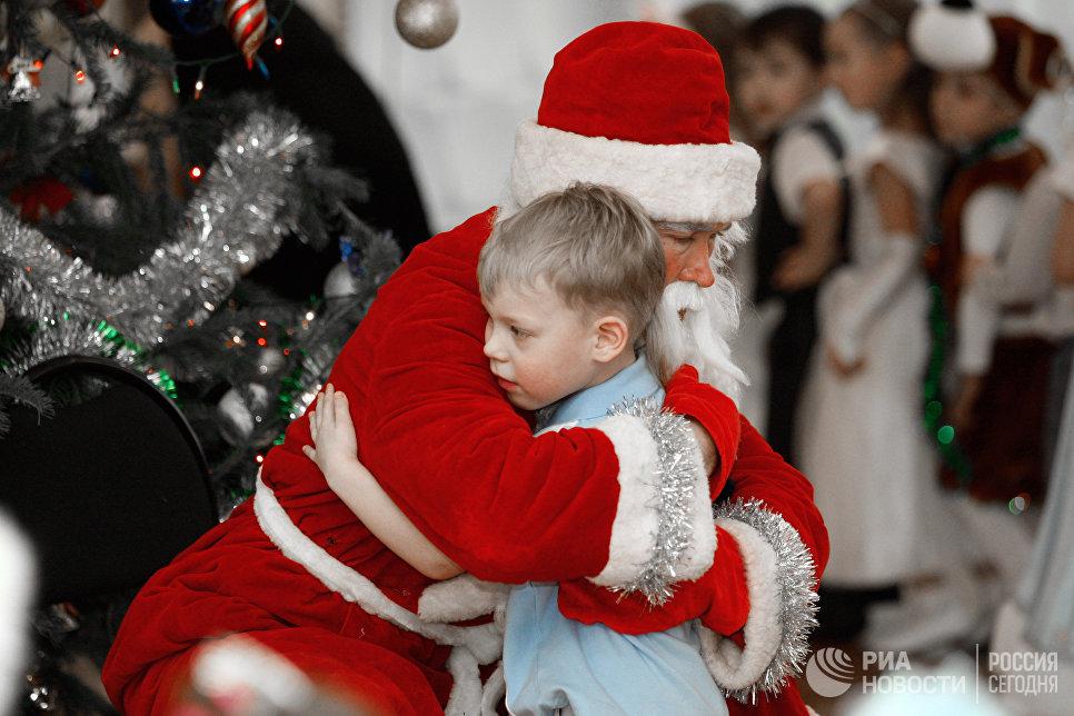 Дед Мороз поздравляет детей на новогоднем утреннике в детском саду № 71 в Казани