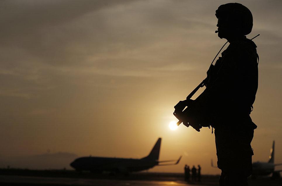Солдат в аэропорту города Лима, Перу