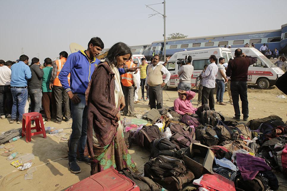 Выжившие на месте крушения поезда в штате Уттар-Прадеш, Индия