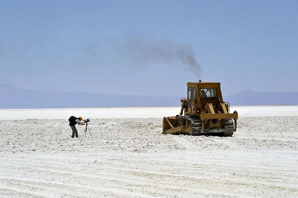 Кинооператор на высохшем соленом озере Уюни, Боливия
