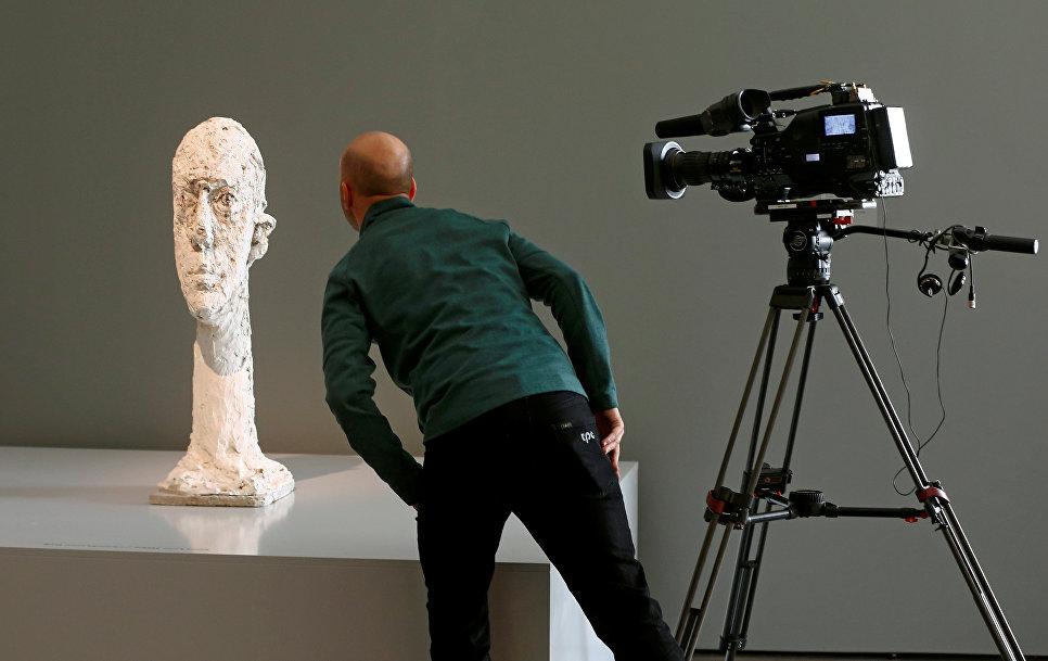 Кинооператор на выставке художника Альберто Джакометти в музее в Цюрихе, Швейцария 27 октября 2016