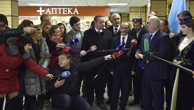Глава турецкой ассоциации евразийских правительств Хасан Дженгиз отвечают на вопросы журналистов в аэропорту Симферополя во время прибытия делегации из Турции