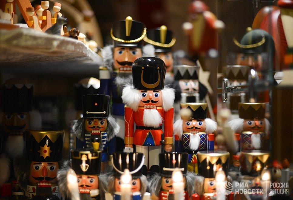 Лавка с игрушками во время открытия старейшей Рождественской ярмарки Штрицельмаркт в Дрездене
