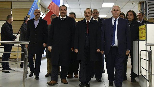 Глава турецкой ассоциации евразийских правительств Хасан Дженгиз в аэропорту Симферополя во время прибытия делегации из Турции