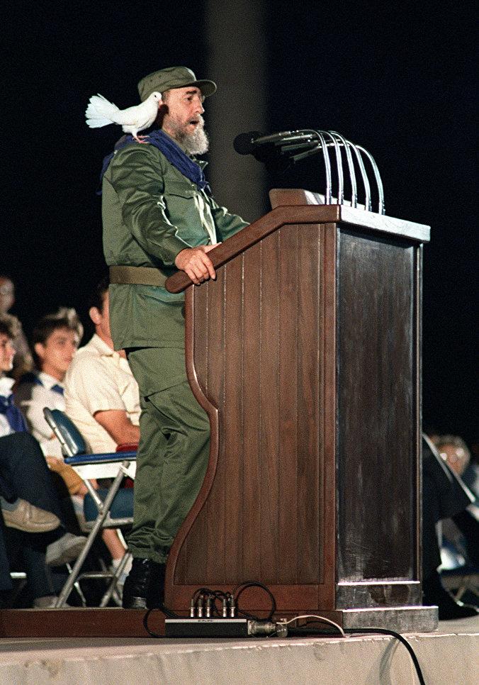 Президент Кубы Фидель Кастро обращается к молодежи во время празднования 30-й годовщины Кубинской революции. 8 января 1989