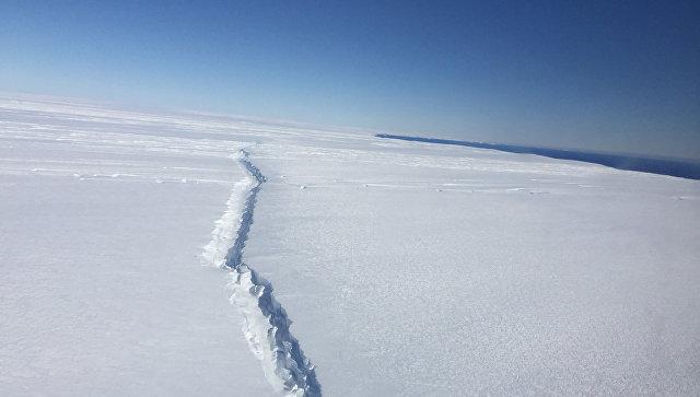 Трещина, возникшая в результате раскола Западного ледового щита Антарктиды у его подножья