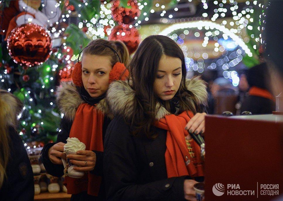 Горожане на рождественской ярмарке во Вроцлаве