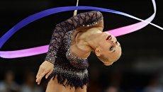 Яна Кудрявцева (Россия) выполняет упражнения с лентой в квалификационных соревнованиях на чемпионате мира по художественной гимнастике в немецком Штутгарте