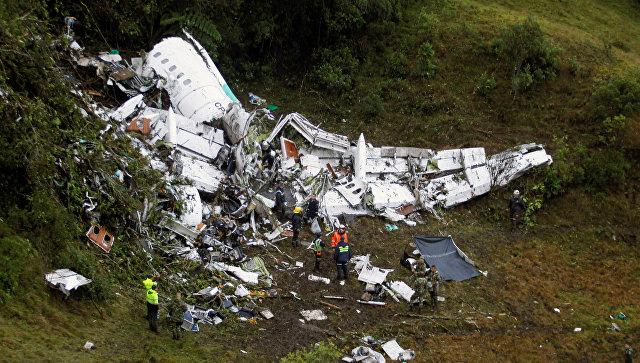 Спасатели на месте крушения самолета, празбившегося у аэропорта Jose Maria Cordova в Колумбии