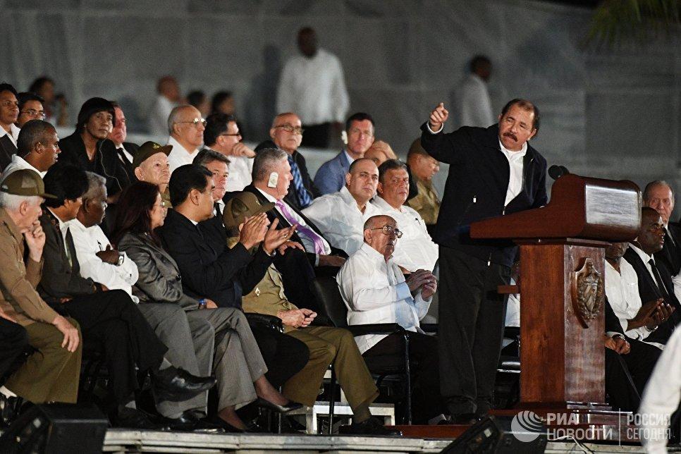Президент Никарагуа Даниэль Ортега выступает во время митинга в память об ушедшем из жизни лидером кубинской революции Фиделе Кастро на площади Революции в Гаване