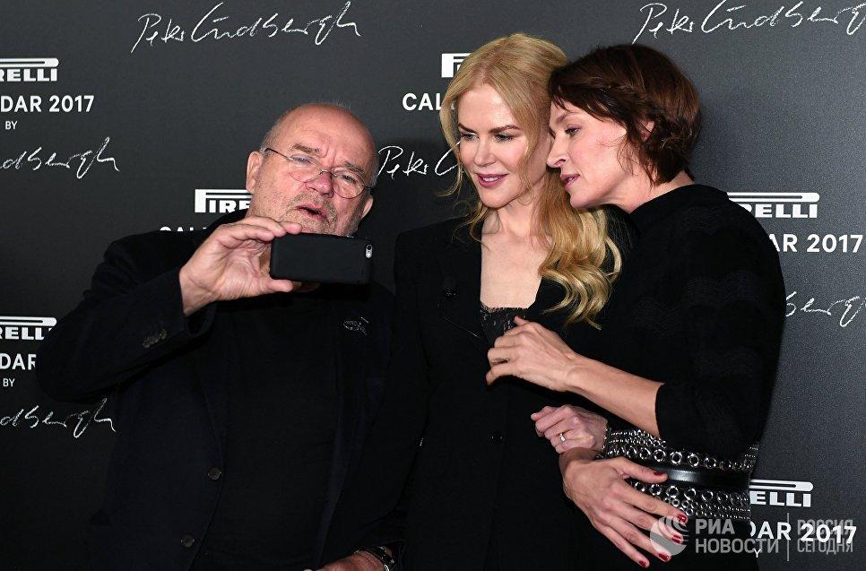 Немецкий фэшн-фотограф Петер Линдберг и американские актрисы Николь Кидман и Ума Турман на презентации календаря Pirelli 2017