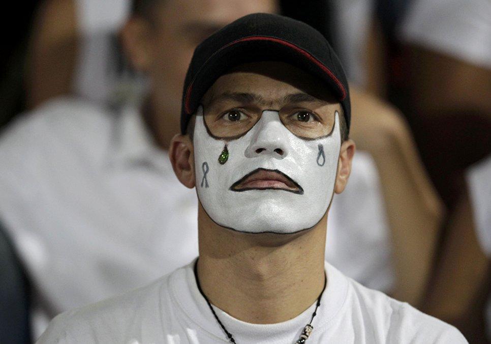 Болельщик клуба Атлетико Насьональ во время церемонии в память о погибшей в авиакатастрофе бразильской футбольной команде Шапекоэнсе на стадионе в городе Медельин, Колумбия