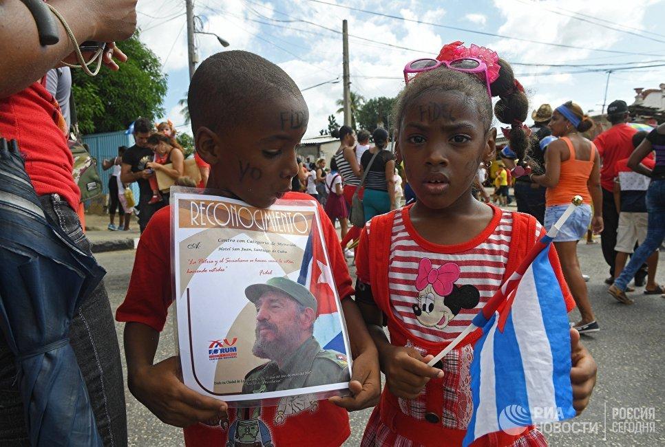 Дети в Сантьяго-де-Куба, куда траурный кортеж доставил урну с прахом команданте Фиделя Кастро