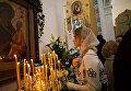 Основатель фонда Обнаженные сердца, топ-модель Наталья Водянова на службе в Троицком кафедральном соборе при Русском духовно-культурном центре в Париже