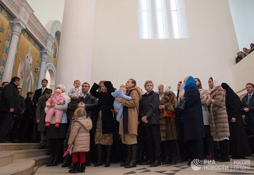 Верующие на службе в Троицком кафедральном соборе при Русском духовно-культурном центре в Париже