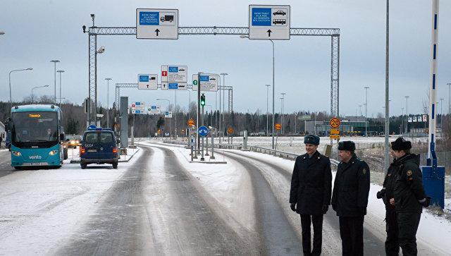 Финские и российские таможенники на пограничном пункте пропуска автомобилей МАПП Нуйамаа на границе Финляндии и России. Архивное фото.