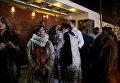 Родственники музыканта Джунейда Джамшеда собрались возле его дома в Карачи после сообщения о крушении самолета, Пакистан
