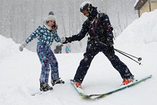 Отдыхающие во время тестовых катаний на горнолыжном курорте Горки Город в Сочи