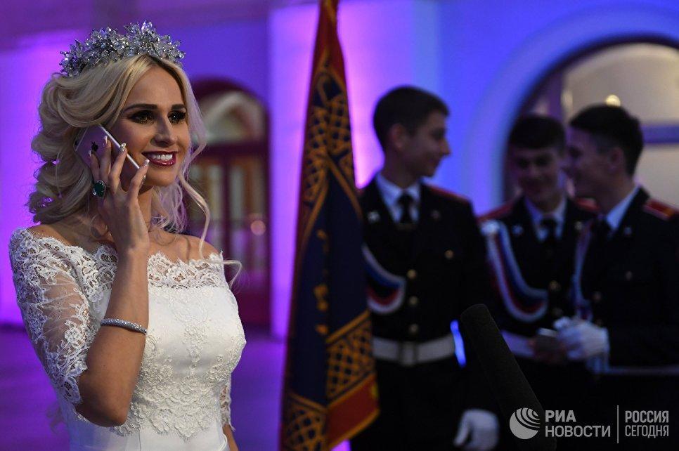 Организатор Международного Кремлевского кадетского бала Юлия Кирпичникова перед началом бала в Гостином дворе в Москве