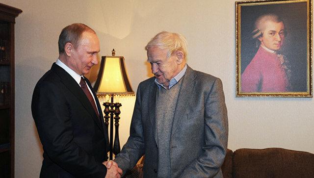 Путин поздравил писателя Гранина с98-летием