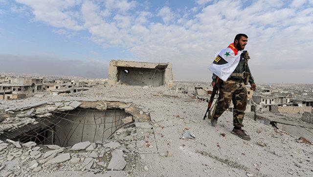 Военный сирийской армии на крыше здания в Алеппо