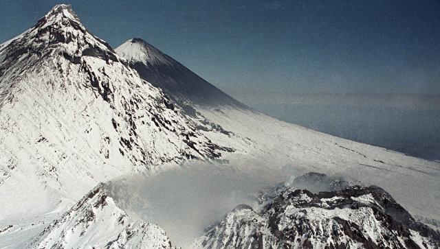 Кратер вулкана Безымянный и вулкан Ключевская сопка. Архивное фото