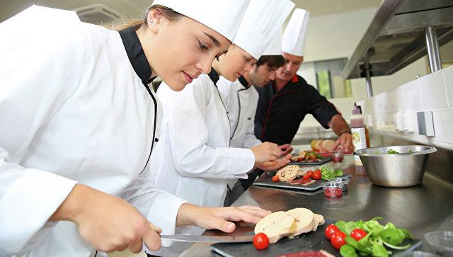 Работа поваров в ресторане. Архивное фото
