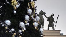 Новогодняя елка и скульптура Колесница Славы, венчающая арку Главного штаба на Дворцовой площади в Санкт-Петербурге