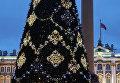 Заключительный монтаж и пробное включение подсветки новогодней елки на Дворцовой площади в Санкт-Петербурге