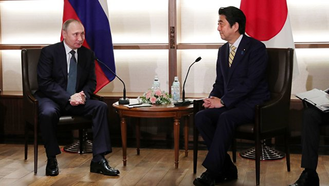 Президент РФ Владимир Путин во время беседы с премьер-министром Японии Синдзо Абэ в Нагато. 15 декабря 2016