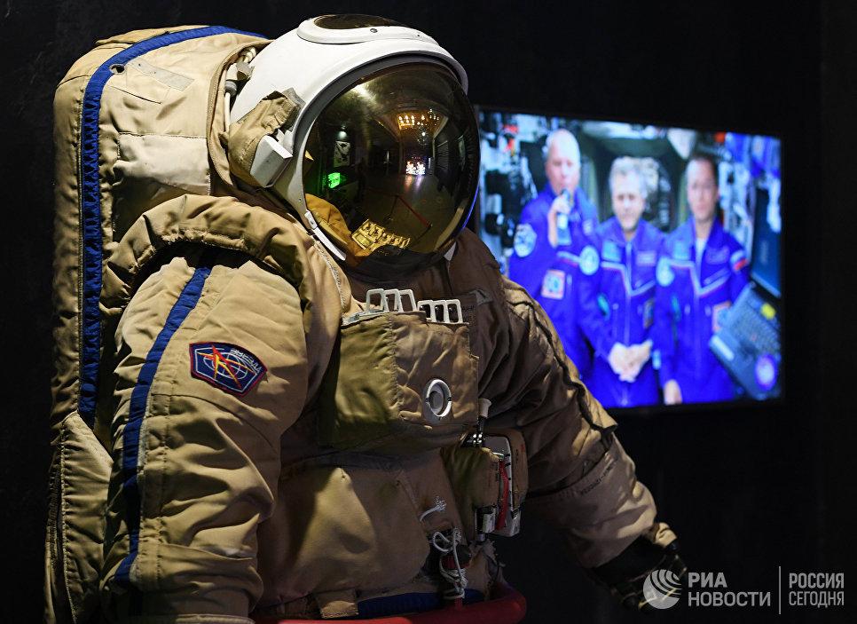 Космический скафандр на мультимедийной выставке Космос. Love которая открылась в московском центре дизайна ARTPLAY