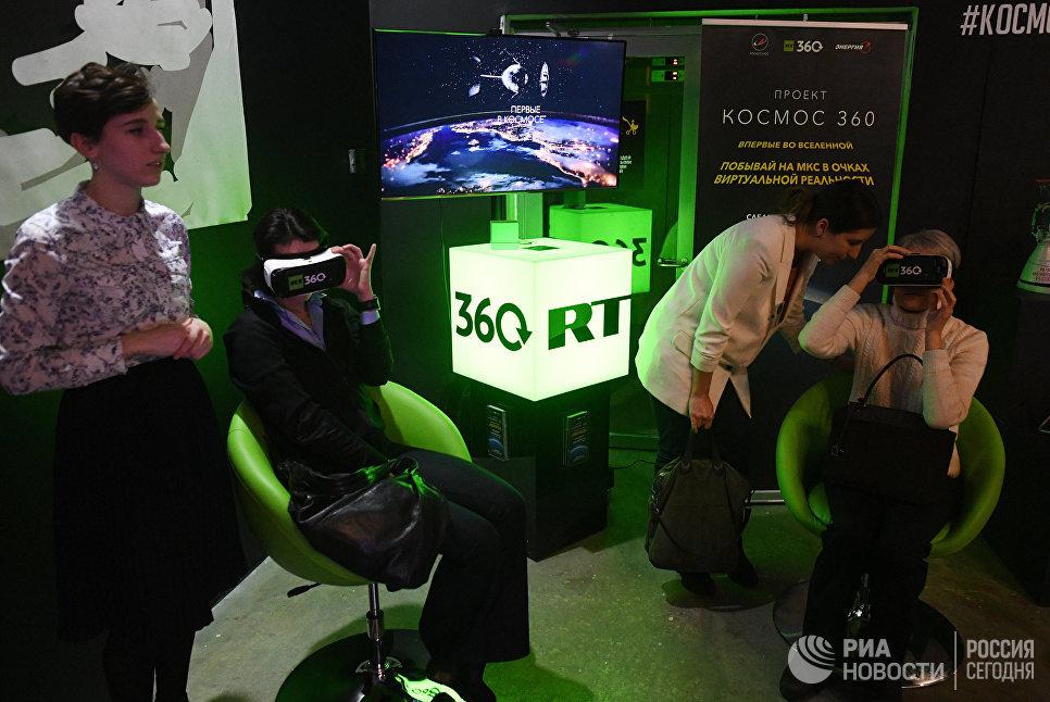 Стенд российского международного многоязычного информационного телеканала RT на мультимедийной выставке Космос. Love открывшейся в московском центре дизайна ARTPLAY
