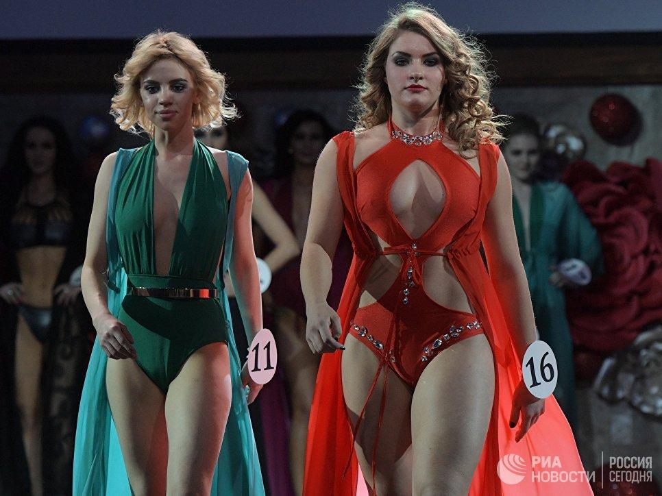 Участницы Ангелина Соколовская (слева) и Юлия Васильченко во время финала конкурса красоты Золотая корона России