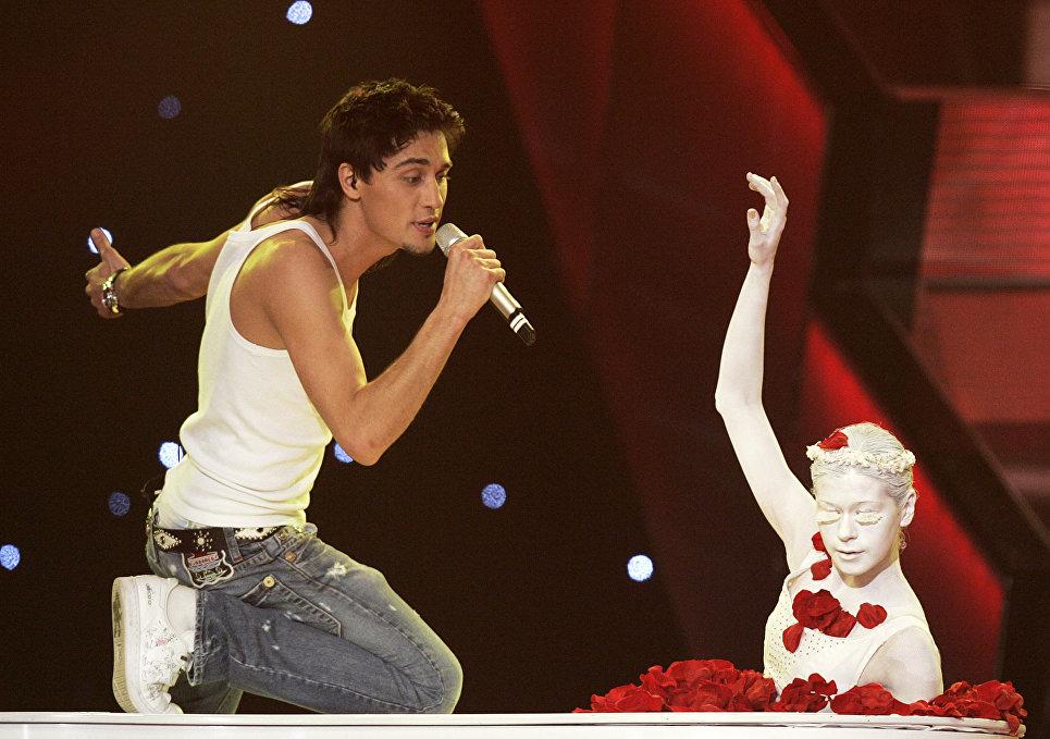 Дима Билан во время выступления на песенном конкурсе Евровидение-2006 в Афинах, Греция