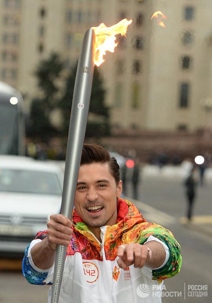 Певец Дима Билан во время эстафеты Олимпийского огня в Москве