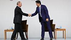 Президент РФ Владимир Путин и премьер-министр Японии Синдзо Абэ на заседании российско-японского форума деловых кругов в Токио. 16 декабря 2016
