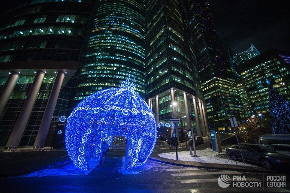 Светящийся новогодний шар, установленный на набережной у Московского международного делового центра Москва-Сити