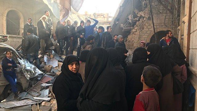 Мирные граждане в очереди за гуманитарной помощью в восточном Алеппо, возле дома пристарелых. Архивное фото