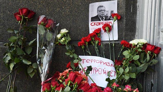 Цветы у здания министерства иностранных дел РФ в связи с гибелью посла России в Турции Андрея Карлова. 20 декабря 2016