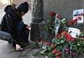 Девушка зажигает свечу у здания министерства иностранных дел РФ в связи с гибелью посла России в Турции Андрея Карлова.. 20 декабря 2016