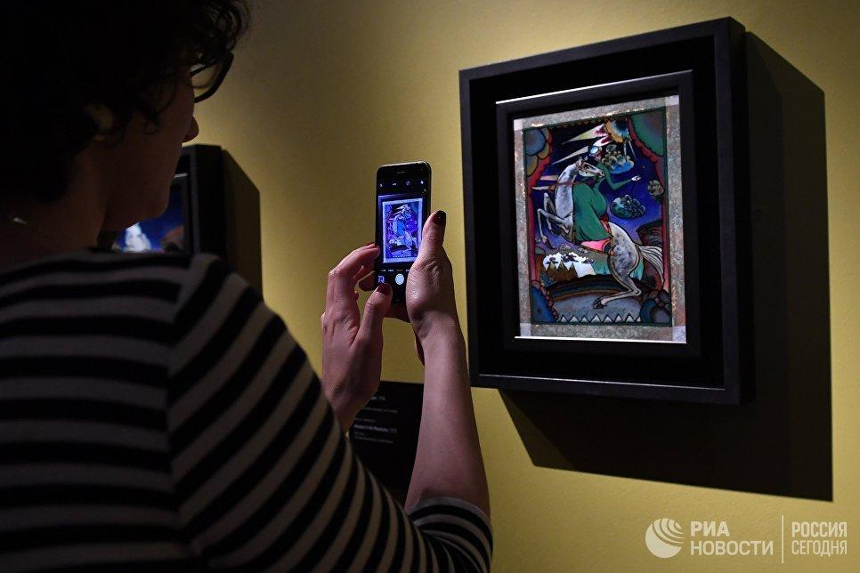 Посетители на выставке Багатели Василия Кандинского