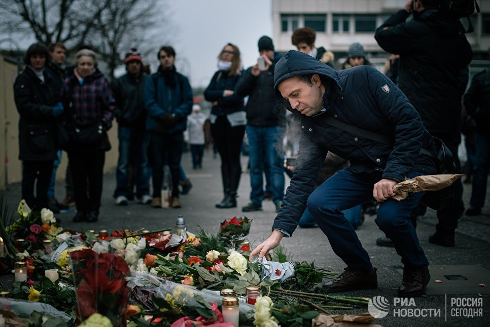 Жители Берлина принесли цветы и зажгли свечи недалеко от места теракта. 20 декабря 2016