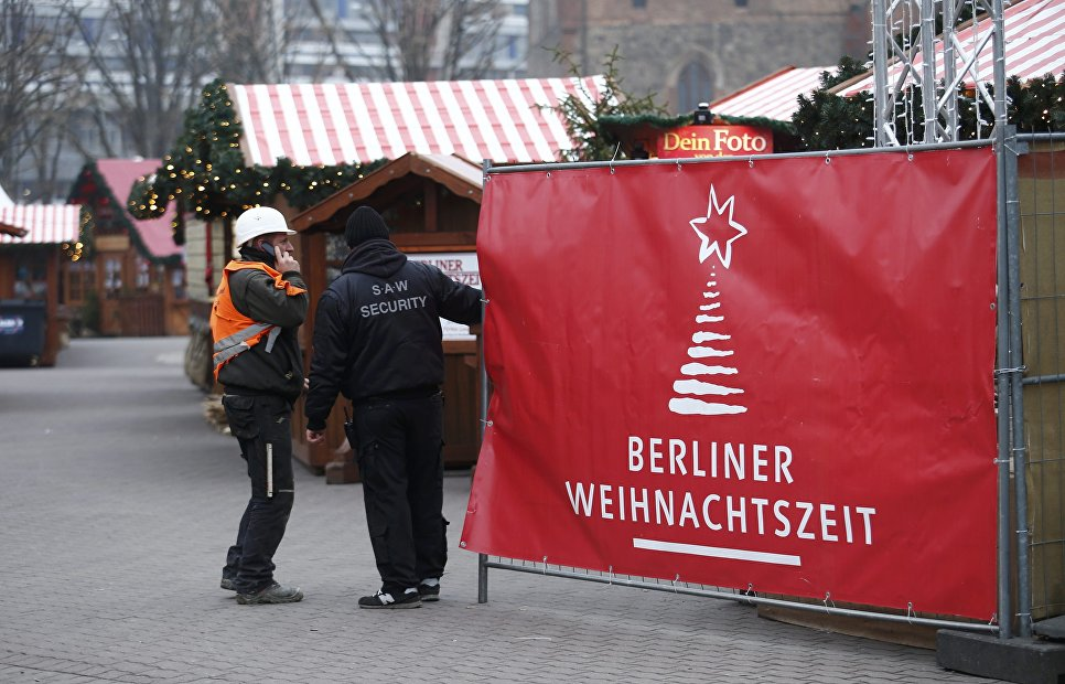 Сотрудники службы безопасности на месте теракта в Берлине. 20 декабря 2016