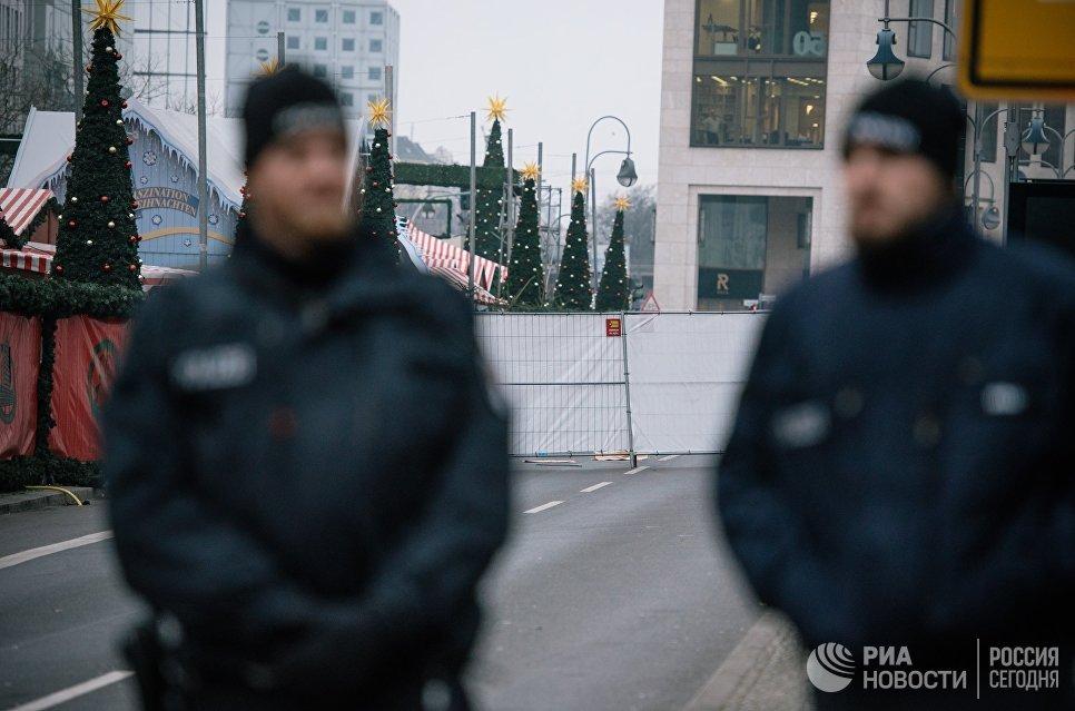 Сотрудники полиции недалеко от места теракта в Берлине. 20 декабря 2016