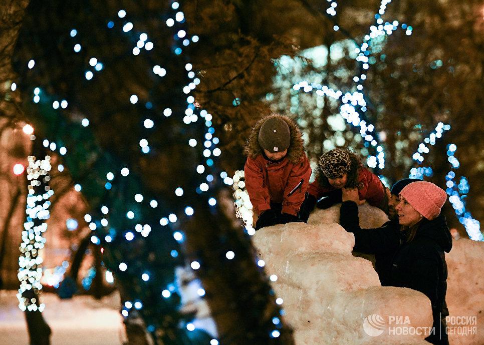 Дети играют в парке на Тверском бульваре в Москве